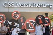 Die Gegner des Observationsgesetzes starten vor dem CSS-Hauptsitz in Luzern die Nein-Kampagne. (Bild: Urs Flüeler, Keystone).