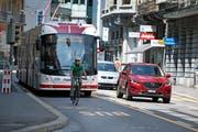 Im Sommer 2017 hatten VBL-Busse und Velofahrer für kurze Zeit gemeinsam eine eigene Spur auf der Alpenstrasse. Die Stadt Luzern möchte diese definitiv einführen. Bild: Corinne Glanzmann (Luzern, 20. Juli 2017)
