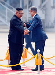 Moon Jae-in und Kim Jong Un an der Willkommenszeremonie am Sunan International Airport in Pjöngjang. (Bild: Pyongyang Press Corps Pool via AP)