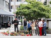 Passanten legen am Tatort Blumen nieder. Nach einem Streit war am 26. August in der Innenstadt von Chemnitz ein 35-jähriger Mann erstochen worden. (Bild: Keystone/DPA ZB/JAN WOITAS)