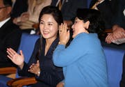 Die Ehefrauen der Leader im heiteren Gespräch. Rechts die First Lady von Südkorea, Kim Jung-sook, links die nordkoreanische First Lady, Ri Sol-ju. (Bild: EPA/PYONGYANG PRESS CORPS / POOL)