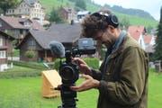 Hanes Sturzenegger war zwei Tage in Krinau unterwegs, um die Kunstaustellung «Alles Fassade» zu dokumentieren. (Bild: Corinne Bischof)