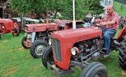«Die Traktoren haben mir geholfen.» Ernst Aemisegger in seinem Oldtimer-Park in Lutzenberg. (Bild: Max Eichenberger)