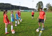 Roman Heer zeigt dem neuen Eschliker Mädchenteam eine Übung vor. (Bilder: Christoph Heer)