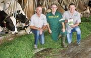 Freude herrscht bei der Übergabe des Kuhsignale-Awards: Ruedi Koller, Leiter Gutsbetrieb, Christian Manser und Magnus Kurath (von links). (Bild: Heidy Beyeler)