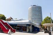 Die abgerundeten Fenster sind typisch für Bauten im «Softline-Stil» der 1970er: Der Silberturm in St.Gallen wurde 1972 von Heinrich Graf erbaut. (Bild: Mareycke Frehner, 26.7.2018)