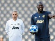 Nicht schlecht gelaunt vor dem Spiel in Bern: José Mourinho und Romelu Lukaku (Bild: KEYSTONE/PETER KLAUNZER)
