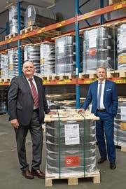 Entwickler Wolfgang Grimm (links) und CEO Peter Schildknecht vor einem Palett mit Blisterverpackungen im Lager der Chemie und Papier Holding AG in Perlen. (Bild: Boris Bürgisser (14. September 2018))