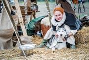 Eine als Magd gekleidete Teilnehmerin mit ihrem Husky am mittelalterlichen Markt. (Bild: Andrea Stalder)