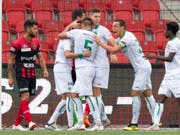 Der FC St. Gallen jubelt in Neuenburg über den Sieg und über den 2. Platz (Bild: KEYSTONE/LAURENT GILLIERON)