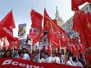 Trotz Zugeständnissen von Präsident Putin haben in Russland Tausende von Menschen gegen die geplante Rentenreform demonstriert. (Bild: KEYSTONE/EPA/MAXIM SHIPENKOV)