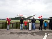 Ganz nah dran: Besucher des Erlebniswochenendes am Flughafen Zürich fotografieren ein startendes Swiss-Flugzeug. (Bild: KEYSTONE/ALEXANDRA WEY)