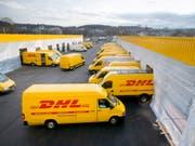 Die Post erhält hierzulande Konkurrenz im boomenden Paketmarkt. Der deutsche Paketdienst DHL plant ein eigenes Netz mit 1000 Abholstellen. (Bild: Keystone/GAETAN BALLY)