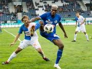 Luzern-Torschütze Blessing Eleke (vorne) schirmt den Ball vor GC-Lavanchy ab (Bild: KEYSTONE/URS FLUEELER)