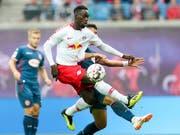 Leipzigs Torschütze Jean-Kevin Augustin im Zweikampf mit dem Düsseldorfer Kaan Ayman (Bild: KEYSTONE/AP dpa-Zentralbild/JAN WOITAS)