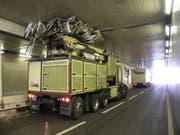 Zu wenig Platz für den Ausleger: Der Lastwagen blieb im Tunnel stecken. (Bild: Kapo Schwyz (Schindellegi, 20. September 2018))