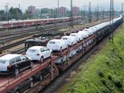 Die Schweizer Handelsbilanz hat beim August bei etwas tieferen Importen einen etwas höheren Überschuss ausgewiesen. Im Bild ein Güterzug im Badischen Bahnhof in Basel (Bild: KEYSTONE/GAETAN BALLY)