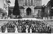 Gruppenbild mit Teilnehmerinnen und Teilnehmern des 14. Weltfriedenskongresses in Luzern 1905 auf der Treppe vor der Hofkirche. (Bild: Stadtarchiv Luzern)