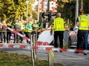 Rettungshelfer an der Unfallstelle am Bahnübergang in Oss, wo an einem Bahnübergang vier Kinder bei einer Kollision mit einem Zug ums Leben kamen. (Bild: KEYSTONE/EPA ANP/SEM VAN DER WAL)
