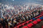 Die Mannschaft des HC Ambri Piotta präsentiert sich in der Valascia den Fans. (Bild Samuel Golay/Keystone (Ambri, 29. Juli 2018))