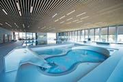 Der Blick geht vom Kinderbecken über das Hubbecken zum Schwimmbecken: Das Ägeribad ist fertig. (Bild: Maria Schmid (Oberägeri, 20. September 2018))