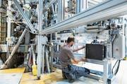 Ein Forscher der EPFL Lausanne arbeitet an einem Projekt, das die Kernfusion erkundet. Diese soll in Zukunft die Kernspaltung ablösen. (Bild: Gaetan Bally/Keystone (Lausanne, 17. September 2015))
