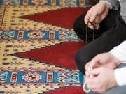 Der Nationalrat will mehr Licht in die internationalen Finanzflüsse an Moscheen und muslimische Vereine bringen. Er fordert eine Eintragungspflicht für Vereine ins Handelsregister. (Bild: Keystone/PETER SCHNEIDER)