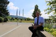 Gemeindepräsident Dominik Gemperli auf der Mühlegutstrasse, die ab hier ausgebaut wird.