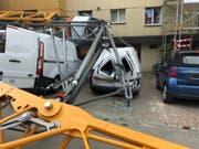 Nachdem der Baukran beim Aufbau umgestürzt war, bot sich am Freitagmittag auf der Baustelle an der Burgstrasse ein Bild der Verwüstung. (Bild: Stadtpolizei St.Gallen)