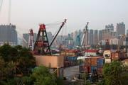 Frachtkräne im Hafen von Hongkong. (Bild: Jérôme Favre/Epa (Hongkong, 18. September 2018))