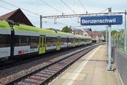 Die S26 fährt am kleinen Bahnhof Benzenschwil vorbei. (Bild: Eddy Schambron (21. September 2018))