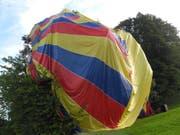Die Sicherheitslandung einer Heissluftballon-Pilotin endet in einem Baum bei Schindellegi SZ. (Bild: Kantonspolizei Schwyz)