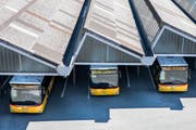Postautos beim Busbahnhof am Hauptbahnhof Bern. (Archivbild: Peter Klaunzer/Keystone (Bern, 26. Juli 2018))