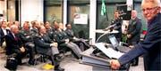 Parlamentarier und Offiziere im Gespräch (von rechts): Hanspeter Trütsch (Moderator), Willy Brülisauer (Armee) und Michael Götte (Verbindungsstab Kanton – Armee). (Bild: Fritz Bichsel)