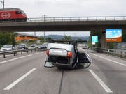Ein Unfall mit sieben beteiligten Fahrzeugen hat auf der A1 bei Rothrist vier Verletzte gefordert. Ein Auto landete auf dem Dach. (Bild: Solothurner Kantonspolizei)