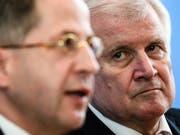 Streit in der deutschen Koalition über die Zukunft des Verfassungsschutzpräsidenten Hans-Georg Maassen (vorne): Der deutsche Innenminister Horst Seehofer (hinten) hält weiter zu ihm. (Bild: KEYSTONE/EPA/CLEMENS BILAN)