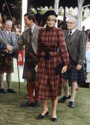 """""""Princess of Wales"""" hochgeschlossen, kariert, mit Béret (1981)"""