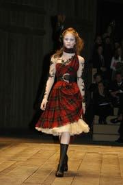 Modell aus 2006-er Kollektion von Alexander McQueen.