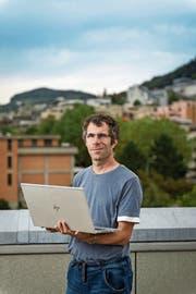 Patrick Grawehr vor der Stadt St.Gallen, deren Wikipedia-Artikel er verfasst hat. (Bild: Hanspeter Schiess (St.Gallen, 21. September 2018))
