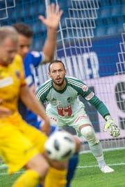 Den Ball im Visier: Luzern-Goalie Mirko Salvi. (Bild: Melanie Duchene/Keystone (Luzern, 21. Juli 2018))