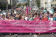 Gegen 20'000 Menschen haben am Samstag in Bern für Lohngleichheit und gegen Diskriminierung demonstriert. (Bild: Peter Schneider/Keystone (Bern, 22. September 2018)