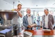 Regierungsrat Paul Winiker (mitte) zeigt den Fleischkäsebrät, den er selber hergestellt hat. (Bild: Eveline Beerkircher, Egolzwil, 22. September 2018)