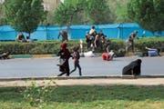 Zivilisten fliehen vor der Terrorattacke an einer Militärparade in Ahvaz am 22. September. Bild: Mehdi Pedramkhoo/AP (Ahvaz, 22. September 2018)