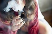 Die E-Zigarette Juul sieht aus wie ein USB-Stick und ist in den USA bei Jugendlichen sehr beliebt. (Bild: Gabby Jones/Bloomberg)