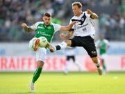 Harter Kampf ohne Sieger: St. Gallens Leonel Mosevich im Duell mit Luganos Alexander Gerndt (Bild: KEYSTONE/GIAN EHRENZELLER)