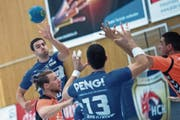 HCK-Spieler Aleksandar Radovanovic (links) konnte sich nur selten in Szene setzen. (Bild: Pius Amrein (Kriens, 23. September 2018))