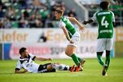 Luganos Fabio Daprelà (links) steigt brutal ein gegen den St.Galler Cédric Itten, der daraufhin mit einem Kreuz- und Innenbandriss ausscheidet. (Bild: Keystone)