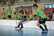 Der Luzerner Flurin Blum (links) versucht den Zuger Raphael Winet bei der Ballkontrolle zu stören. Bild: Dominik Wunderli (Unterägeri, 23. September 2018)