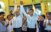 Ibrahim Mohamed Solih (dritter von links) feiert seinen Wahlsieg in der Hauptstadt Male. (Bild: Mohamed Sharuhaan/AP Photo (24.September 2018))