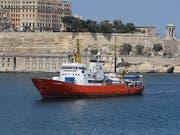 Suche nach dem «sicheren Hafen»: Das Rettungsschiff «Aquarius» mit dutzenden Flüchtlingen an Bord, bat Frankreich am Montag um eine offizielle Anlegeerlaubnis im Hafen von Marseille. (Bild: KEYSTONE/EPA/DOMENIC AQUILINA)